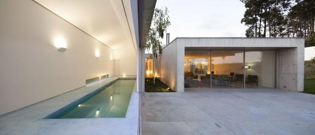Couloir de nage intérieur extérieur séparé par une baie vitrée à galandage