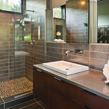 Douche à l'italienne entièrement carrelée dans une salle de bain contemporaine