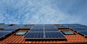 Vue ciel panneaux solaires sur toit en tuiles rouges