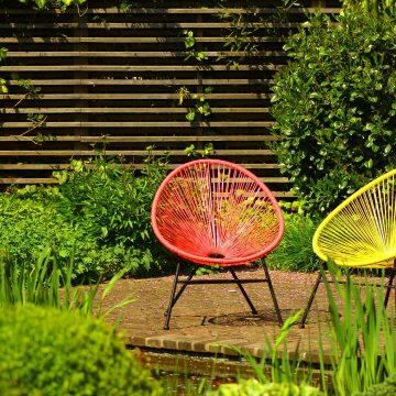 un jardin moderne et coloré avec une terrasse en bois