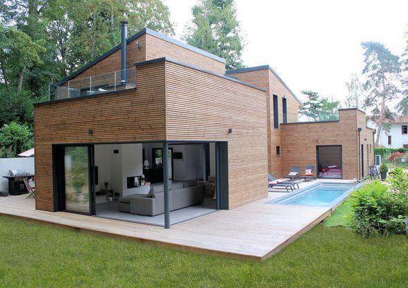 Une maison contemporaine en bois avec piscine construite en Bretagne