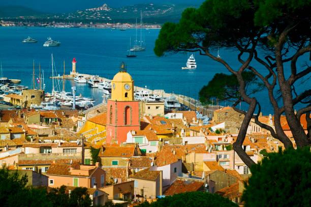 Vue sur Saint-Trope et la mer Méditerranée