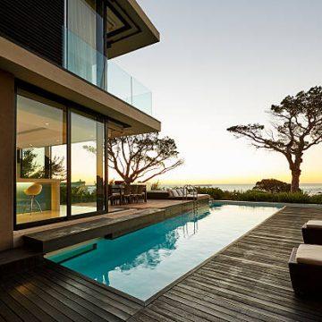 Villa contemporaine avec piscine et vue sur la mer
