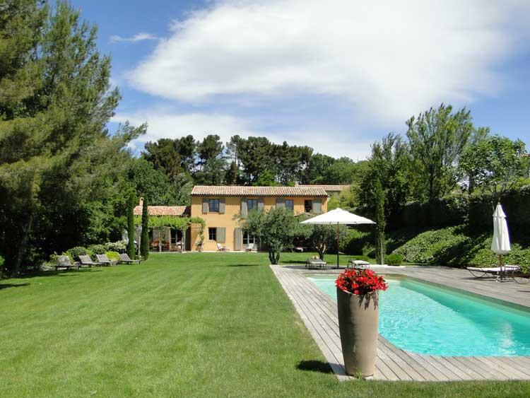 Un mas provençal contemporain rénové par Mas Provence