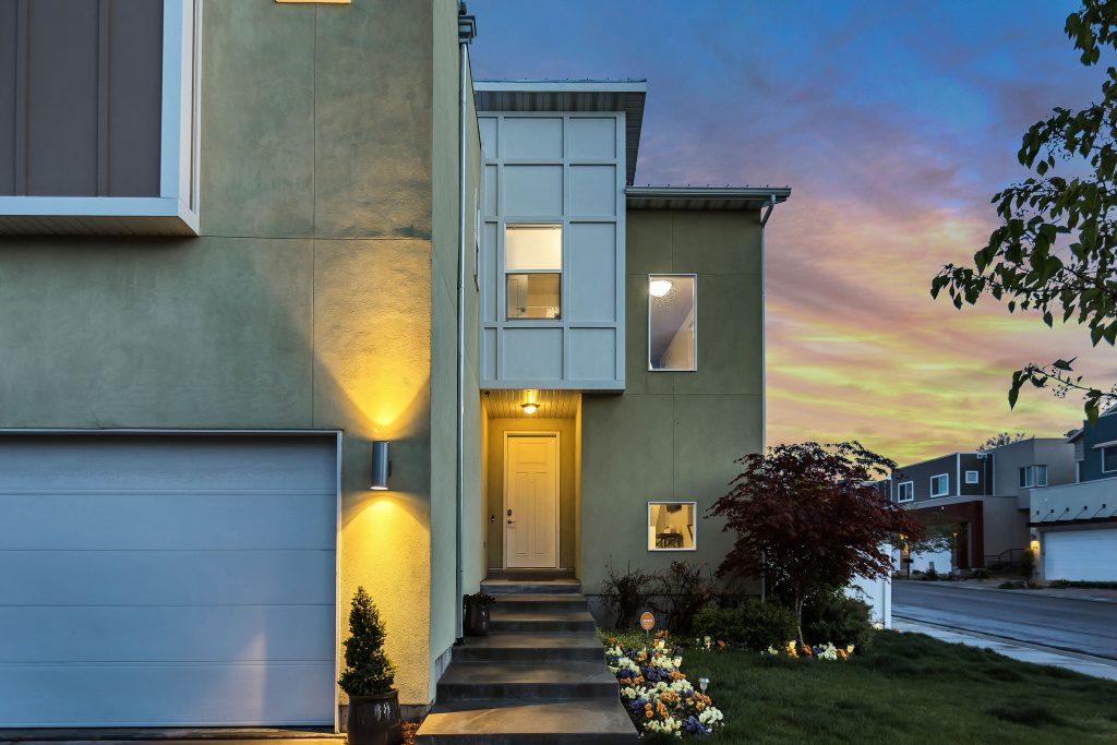 Porte maison moderne avec jardin