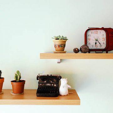 Deux étagères en bois avec plusieurs objets vintage et rétro
