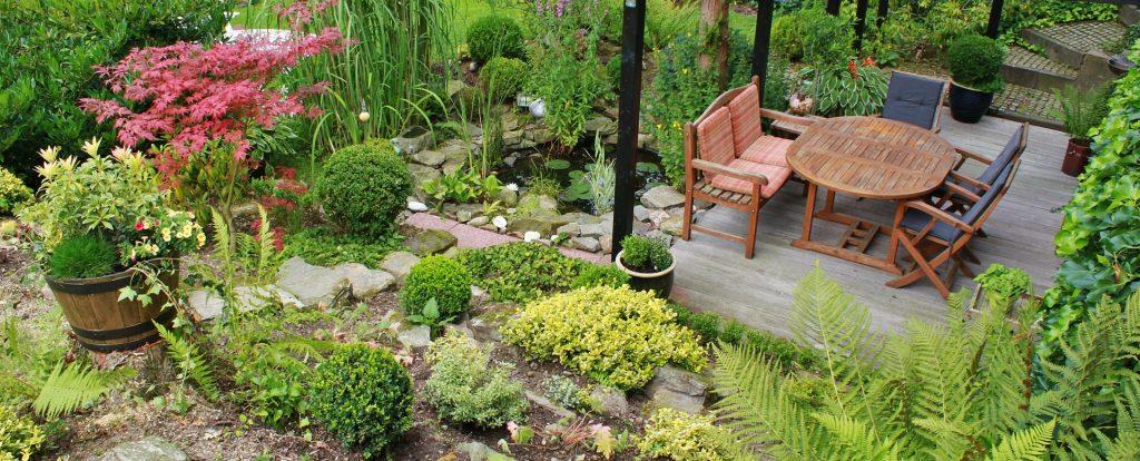 Un joli jardin de composition avec une terrasse en bois