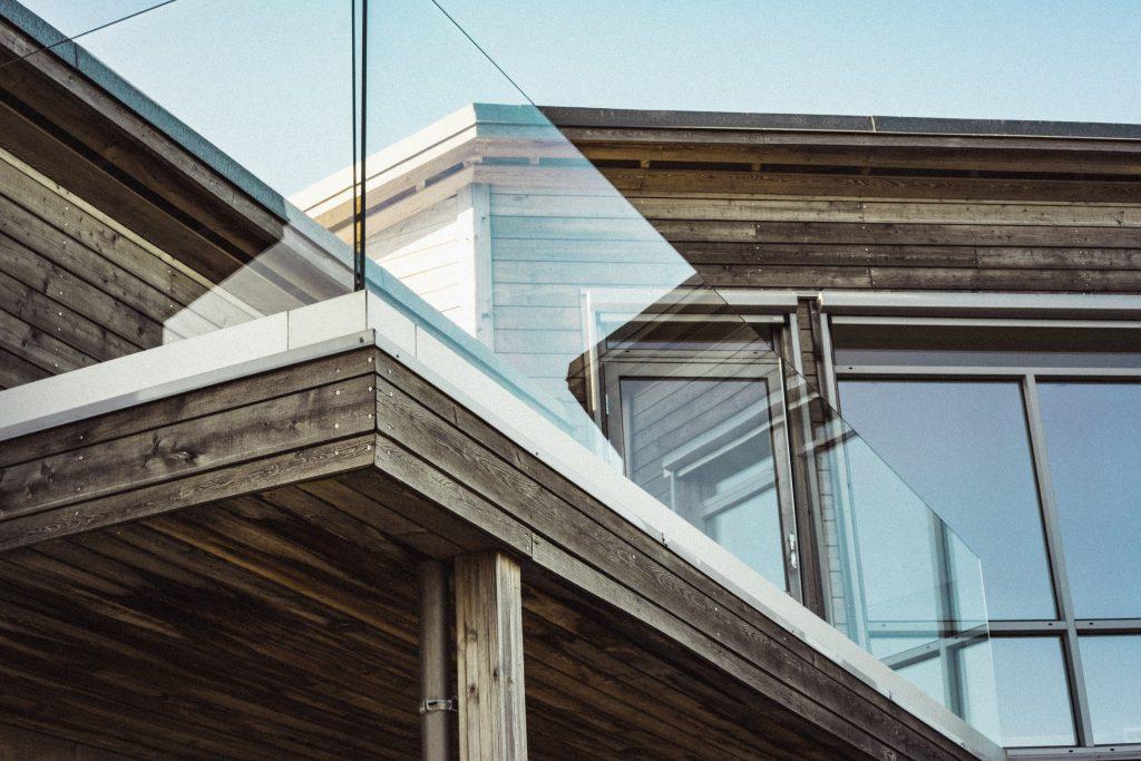 Une maison en bois clair