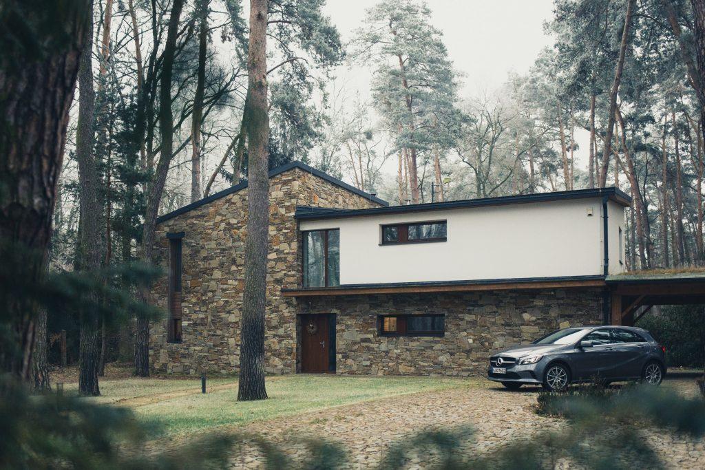 Une maison contemporaine sur un terrain de foret
