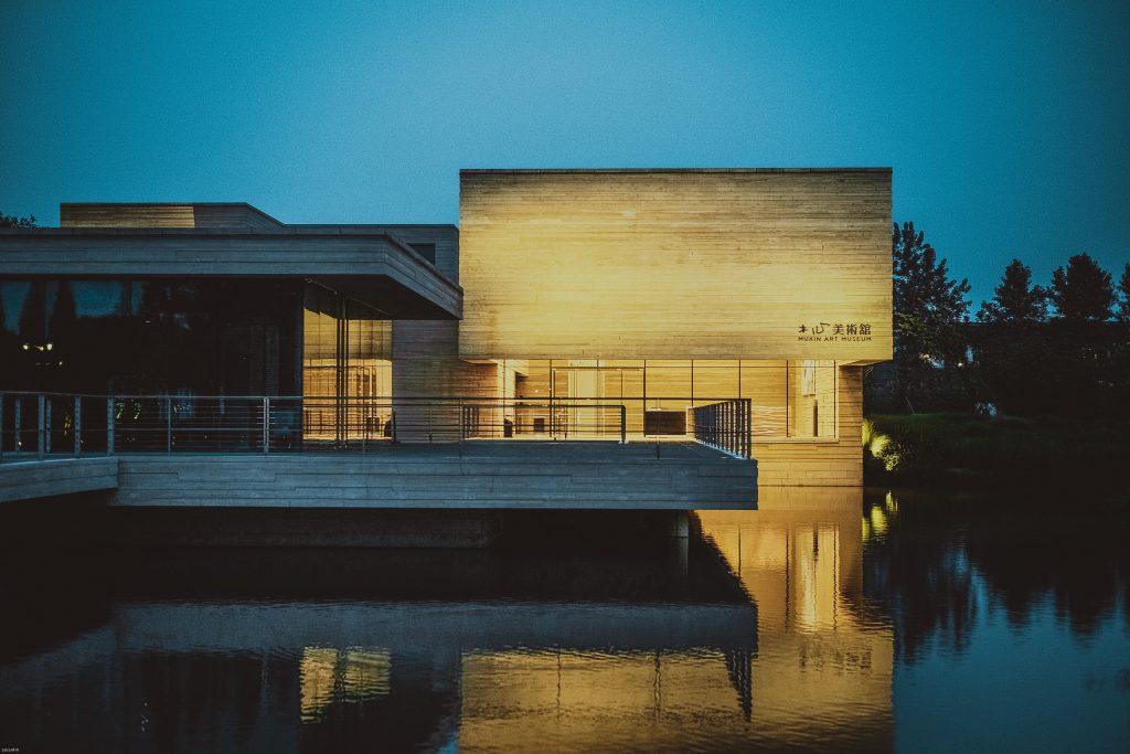 Un batiment à l'architecture moderne au bord de l'eau