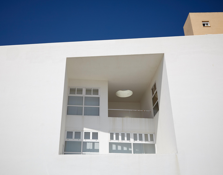 Un balon encastré dans un immeuble moderne
