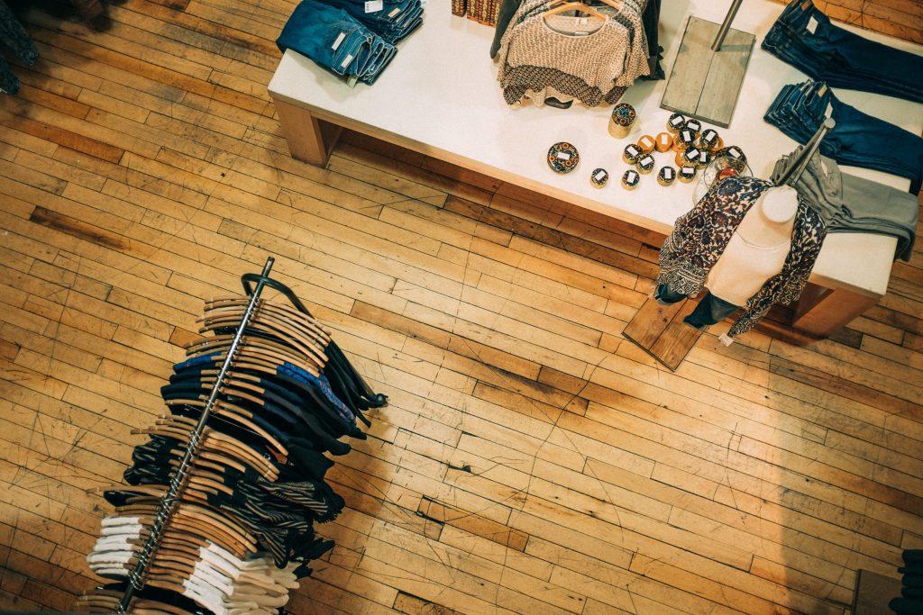 Un parquet en bois dans un magasin