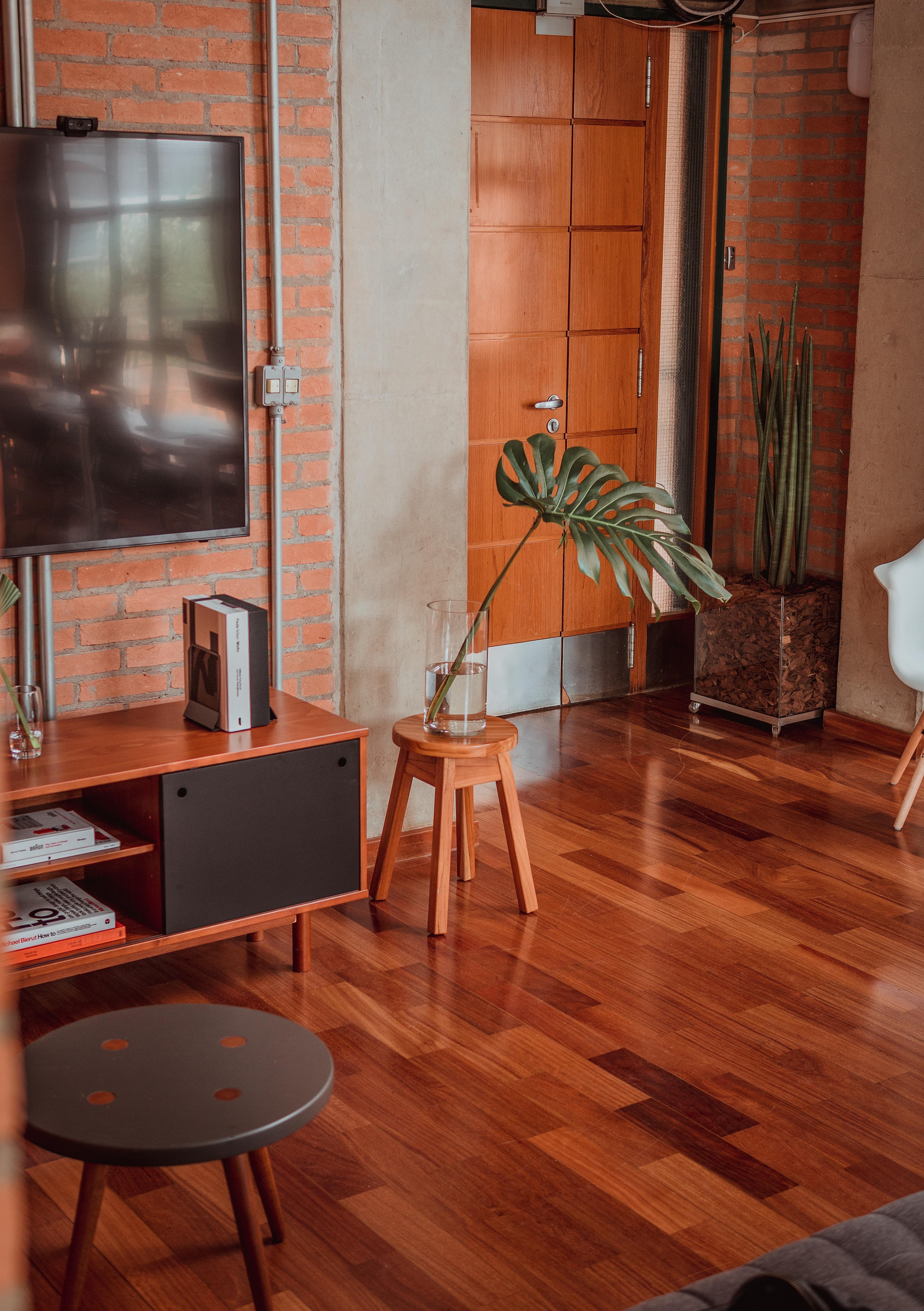 Un parquet foncé dans un intérieur contemporain