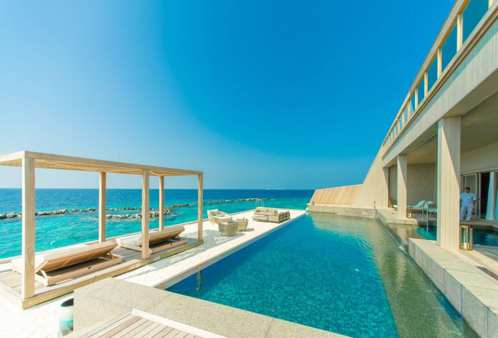 Plage de piscine moderne dans une maison contemporaine